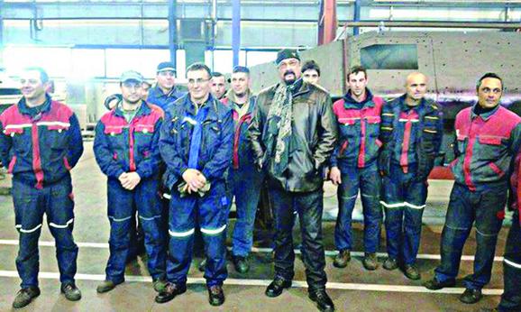 """Oduševljen """"lazarom"""": Stiven Sigal sa radnicima Fabrike složenih borbenih sredstava """"Morava"""""""