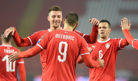 Fudbalska reprezentacija Srbije slavi jedan od pogodaka protiv Luksemburga