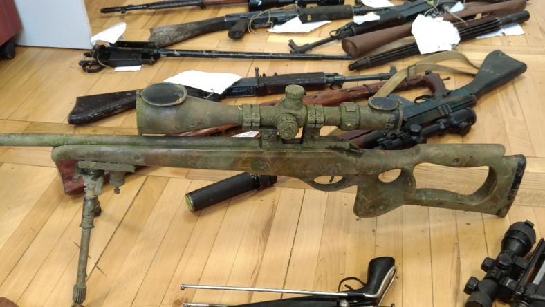 Funkcjonariusze zabezpieczyli kilkadziesiąt sztuk broni