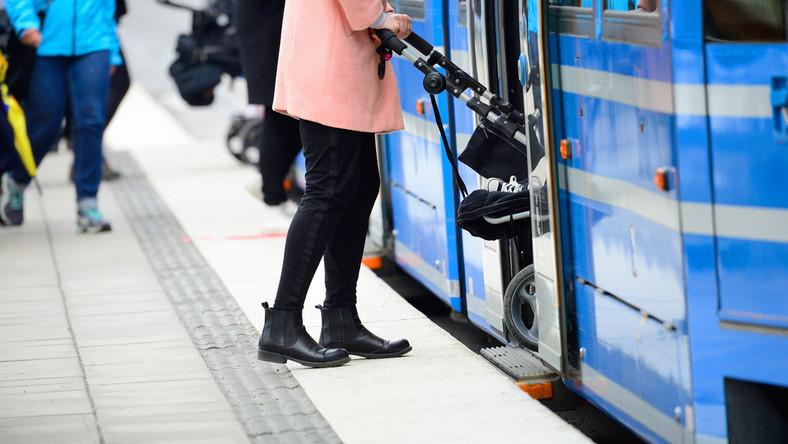 Jakie prawa przysługują kobiecie podróżującej z wózkiem komunikacją miejską?