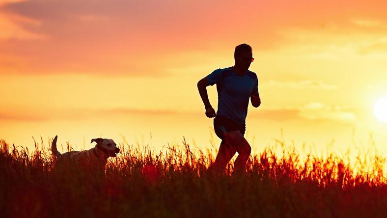 Mężczyzna biega z psem
