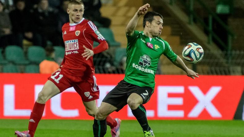 Zawodnik Górnika Łęczna Tomasz Nowak (P) walczy o piłkę z Pawłem Moskwikiem (L) z Piasta Gliwice podczas meczu polskiej Ekstraklasy
