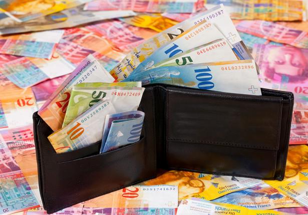 Portfel z frankami szwajcarskimi. Fot. shutterstock