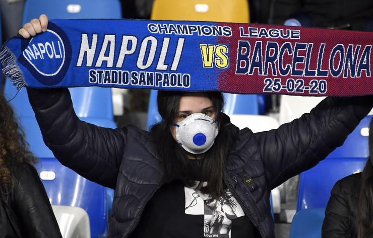 Navijači na tribinama na meču Napoli - Barselona