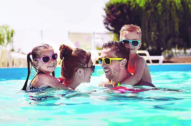 bazen kupanje porodica