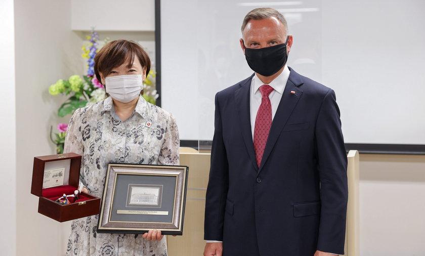 Andrzej Duda przyjechał do Japonii na ceremonię otwarcia Igrzysk Olimpijskich Tokio 2020 i kilka meczów. Na razie ma spotkania pozasportowe. Na zdjęciu z Honorową Przewodniczącą Komitetu Wspierania Ośrodka Pomocy Społecznej Fukudenkai.