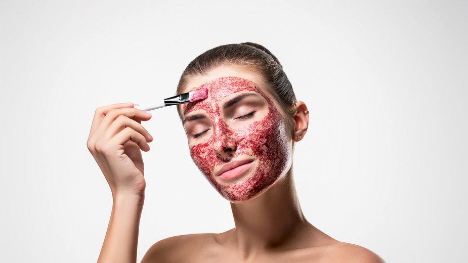 Krwawy peeling jest taki tylko z nazwy – zawiera kwasy owocowe