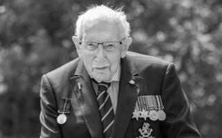 Zmarł kapitan Tom Moore, stuletni weteran, który zebrał 33 mln funtów na służbę zdrowia
