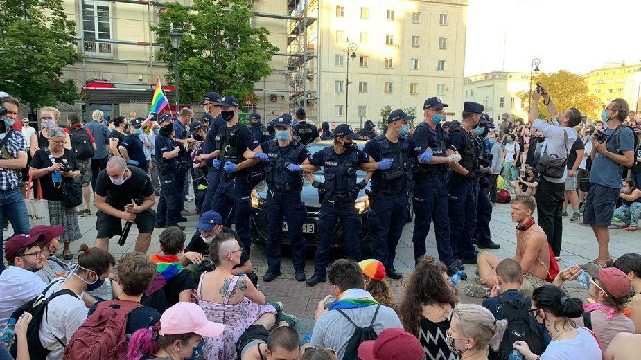"""W piątek protestujący nie chcieli pozwolić, aby radiowóz z """"Margot"""" odjechał"""