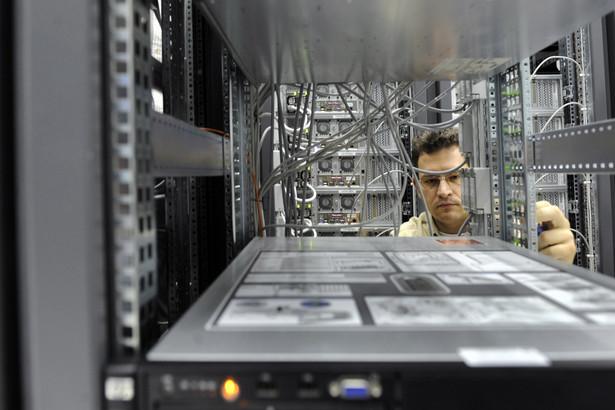 Technik pracujący w centrum komputerowym CERN w pobliżu Genewy, fot. Adrian Moser/Bloomberg News