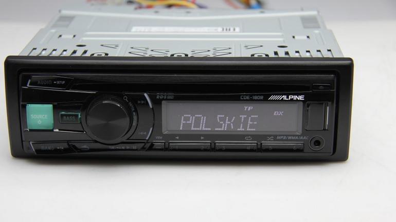 Za 400 zł Alpine CDE-180R zapewnia przyzwoity standard. Obowiązkowo radio z RDS i funkcją Radio Text, USB, wzmacniacz 4x50W,