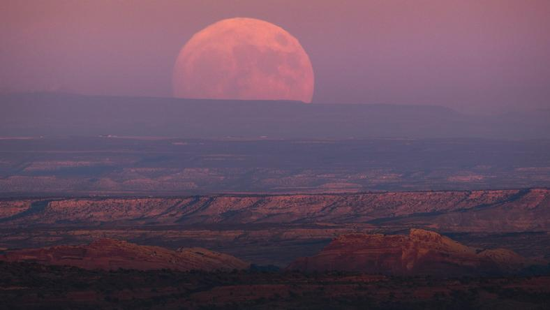 epaselect USA SUPERMOON (Moon rise above Valley of the Gods, Utah)