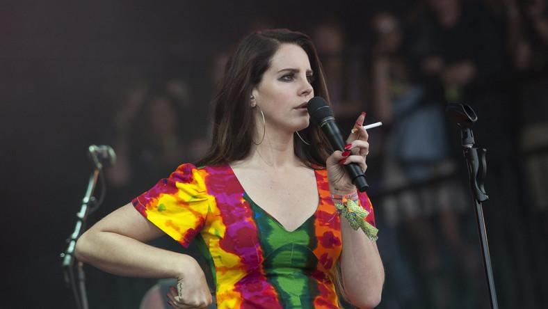 """Lana Del Rey na słynnym Glasto promowała swój nowy album """"Ultraviolence"""", ale wykonała teżswoje wielkie hity z """"Born To Die"""", """"Summertime Sadness"""" czy """"Video Games"""". Znakomicie przyjęta przez festiwalową publikę, rewanżowała sięfanom szepcząc zmysłowo: – Love you too. I wszystko byłoby pięknie, gdyby nie popalała na scenie papierosów. Nie lubimy sięczepiać, ale to kiepski przykład, szczególnie dla młodych wielbicieli Amerykanki..."""