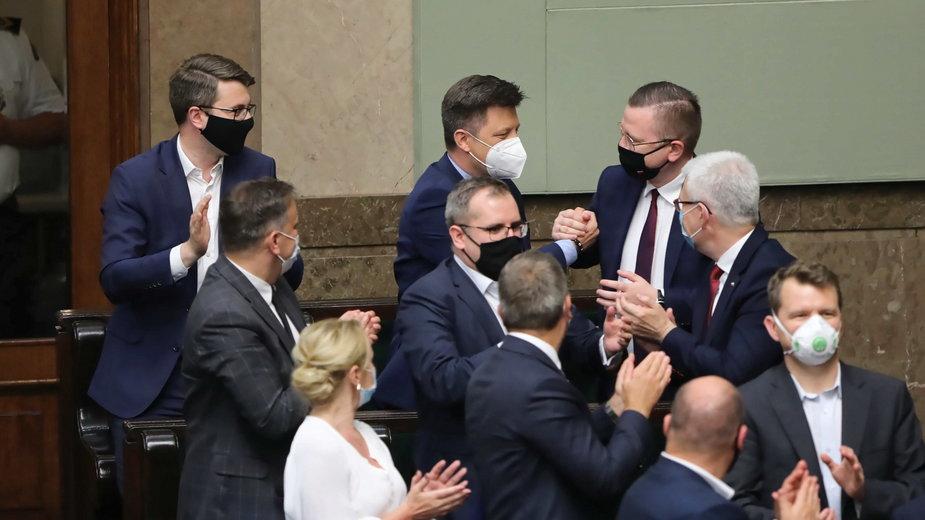 Szef KPRM Michał Dworczyk  i rzecznik prasowy rządu Piotr Mueller na sali obrad Sejmu w Warszawie