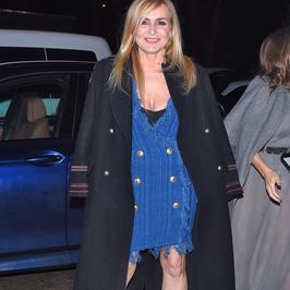 Roześmiana Monika Olejnik wygina się na pokazie mody