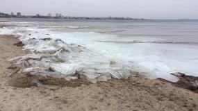 Ogromna siła morza i wiatru - kra wbiła się w plażę