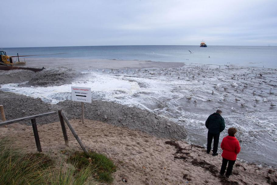 New sand for Baltic Sea beach in Boltenhagen