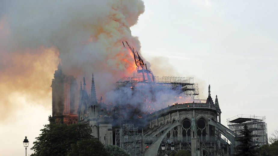 Moment zawalenia się iglicy katedry Notre Dame podczas pożaru w 2019 r.