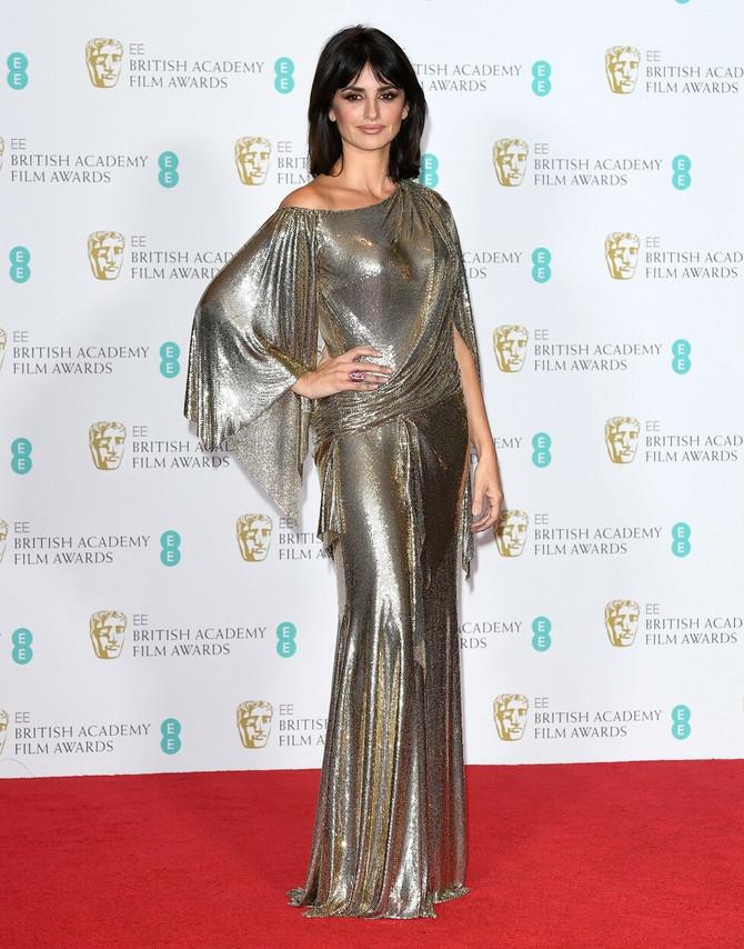 Penelope u drapiranoj zlatnoj haljini izgleda poput grčke boginje