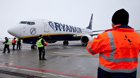 Pierwszy rejsowy samolot na lotnisku w Lublinie wylądował 17 grudnia 2012 roku. Był to rejs z Londynu