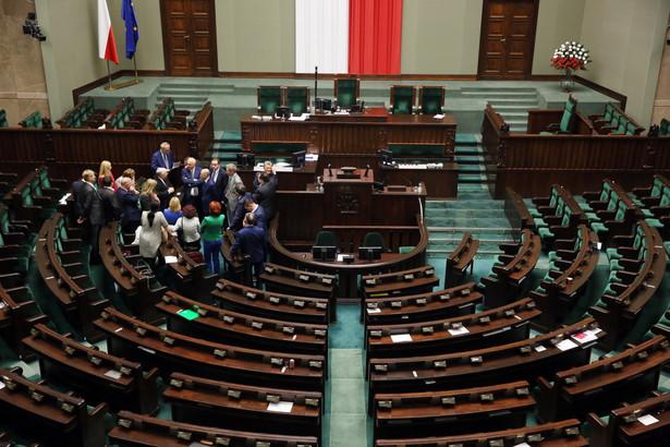Nocna debata i poprawki senatorów do nowelizacji ustawy ws. TK