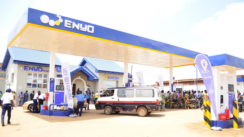 Enyo storms Akure and rewards indigenes with free fuel. (Enyo)