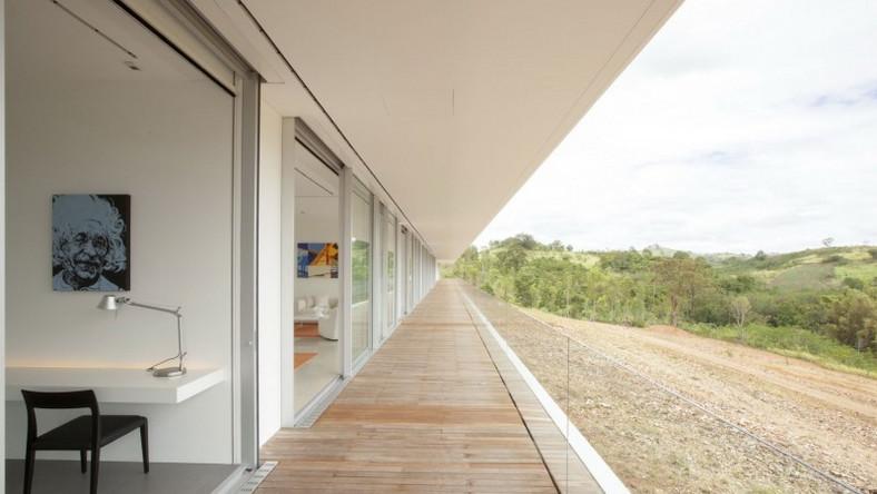 Na parterze zaprojektowano kolejno: w pełni przeszklone spa zintegrowane z salą fitness, sześć sypialni (każda ma prywatną łazienkę), pokój dzienny, składzik i pokoje dla osób zajmujących się sprzątaniem domu (te ostatnie pomieszczenia zlokalizowane są w zachodniej części)