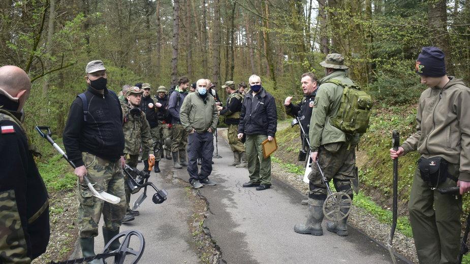 Wymarsz na miejsce poszukiwań Lesław Wilk czwarty od prawej (z mapą)