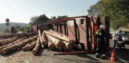 Wywrotka ciężarówki z drewnem