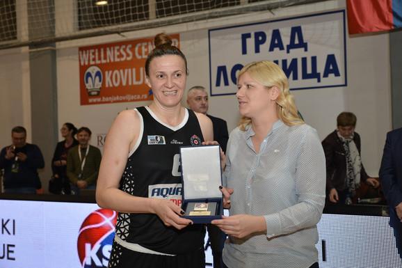 Ana Joković, potpredsednica KSS za žensku košarku, predala je Ivanki Matić MVP priznanje