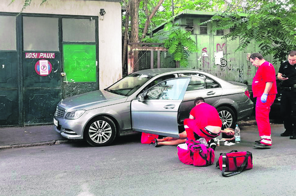 Direktorka banke upucana u noge ispred auta