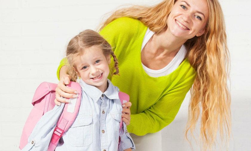 Mama szykuje dziecko do szkoły