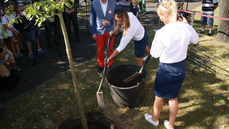 Sadzenie dębu w Bydgoszczy przez Magdalenę Fularczyk-Kozłowską i Natalię Madaj