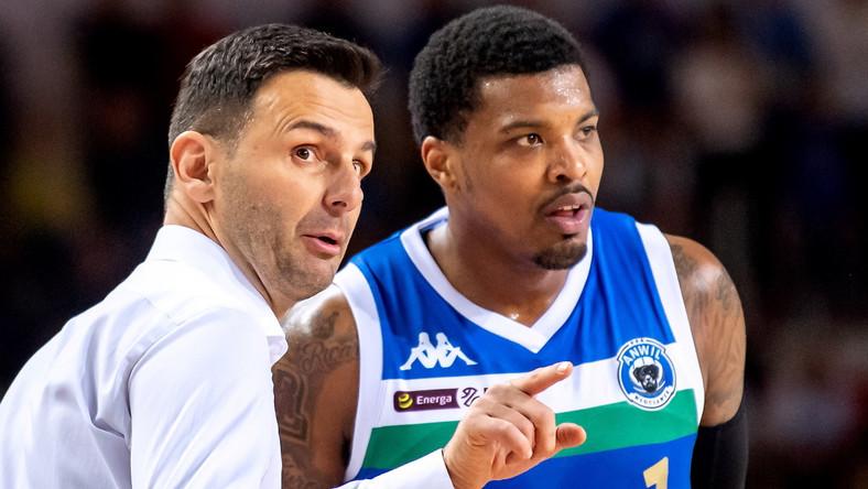 Koszykarz Anwilu Włocławek Ricky Ledo (P) i trener Igor Milicic