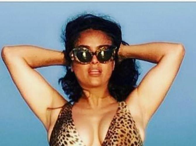 Grudi SEVAJU i PRELIVAJU iz leopard kupaćeg kostima: Salma Hajek (52) RASPAMETILA izgledom, lajkovi samo pljušte