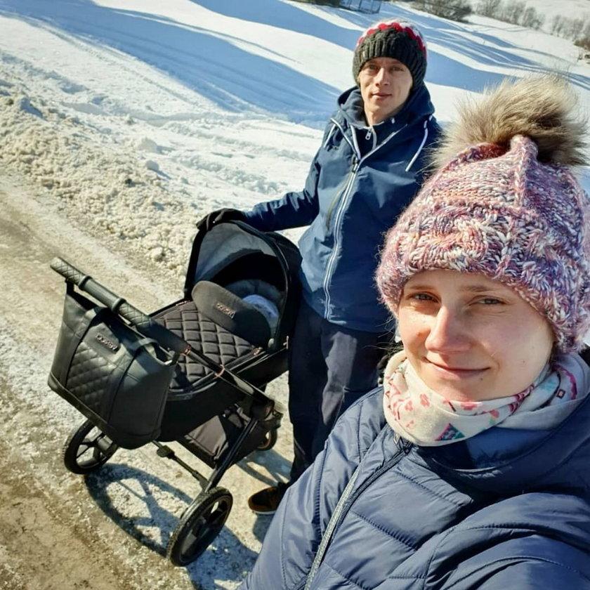 Szczęśliwi rodzice na spacerze