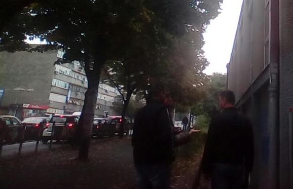 Policajci ispred škole