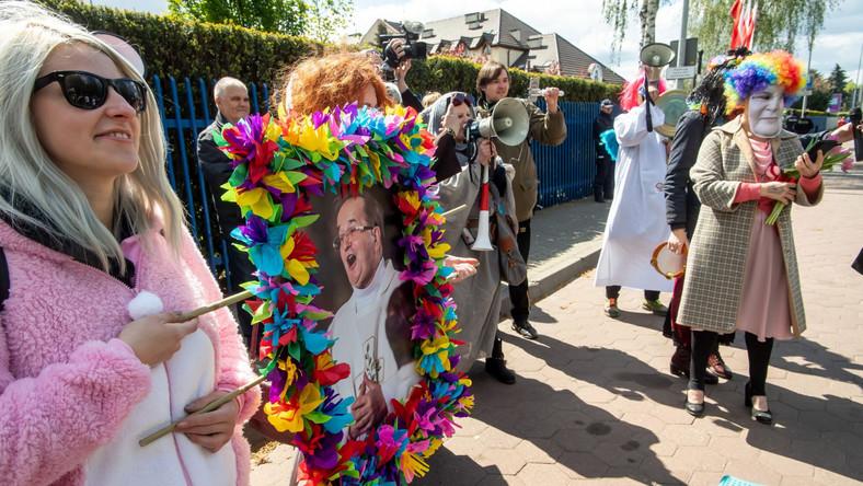Manifestacja w formie happeningu odbyła się w 74. urodziny o. Rydzyka przed siedzibą Radia Maryja, a jej organizatorem drugi rok z rzędu było stowarzyszenie Toruński Strajk Kobiet. Na manifestacji byli m.in. przebierańcy - mężczyzna w sutannie i w masce o. Tadeusza Rydzyka i kobieta w masce posłanki Anny Sobeckiej, która wcześniej protestowała i zabiegała o zakazanie imprezy.