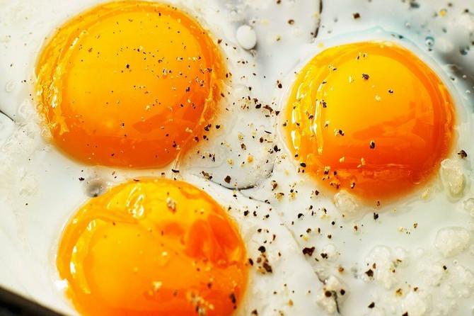 Pržena jaja su MNOGO ZDRAVIJA, ali i UKUSNIJA samo ako primenite OVAJ NEVEROVATNO PROST trik: Aroma je mnogo bogatija, a žumance sočnije!