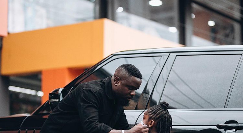 Sarkodie goes shopping with Titi, calls her 'my heartbeat' (PHOTOS)