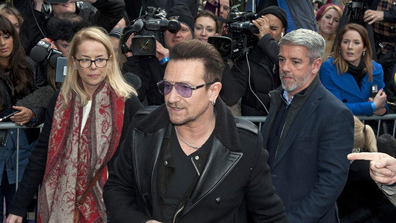 """–Może dożyjemy czasów, że takie piosenki nie będą potrzebne, ale nie dziś –mówił przed wejściem do studia Bono. Lider U2 powiedział też, że """"Gdyby inne rządy podzielały wartości Wielkiej Brytanii i dotrzymywały swoich obietnic ze szczytów G-8, nie stalibyśmy tu dzisiaj"""""""