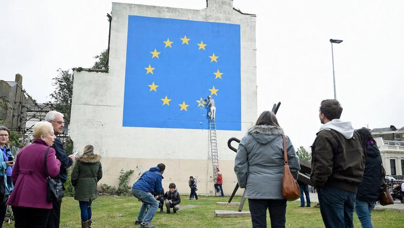 Mural powstał w niedzielę rano na bocznej ścianie budynku w Dover w hrabstwie Kent niedaleko autostrady A20. Zdjęcia malowidła zamieszczono na koncie Banksy'ego na Instagramie, a przedstawiciel artysty potwierdził jego autorstwo.
