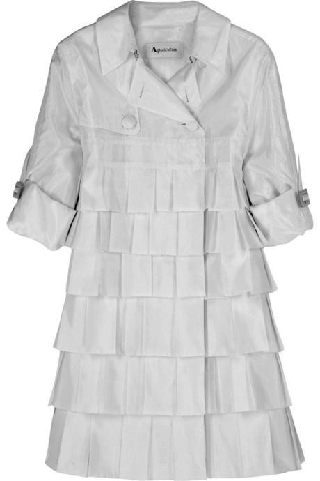 Pewne fasony są ponadczasowe. Do nich zaliczamy na przykład garsonkę a la Coco Chanel, białą koszulę oraz denimowe dżinsy.