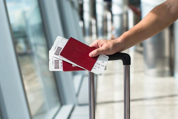 Dwoje klientów przedsiębiorstwa transportu lotniczego pozwało firmę po opóźnieniu lotu o 7 godzin