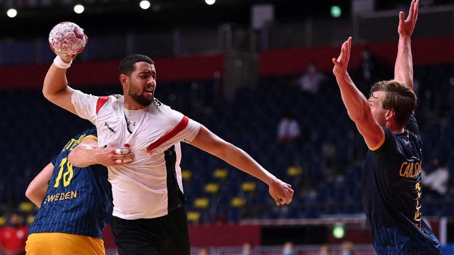 Ahmed Mohamed (Egipt) z piłką i Jonathan Carlsbogard (Szwecja)
