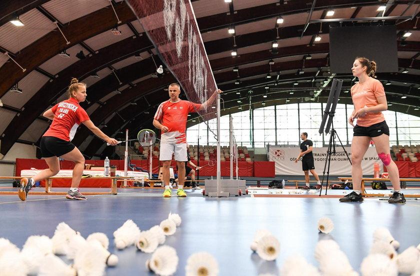 Kilkudziesięciu sportowców w pocie czoła trenuje w Spale.