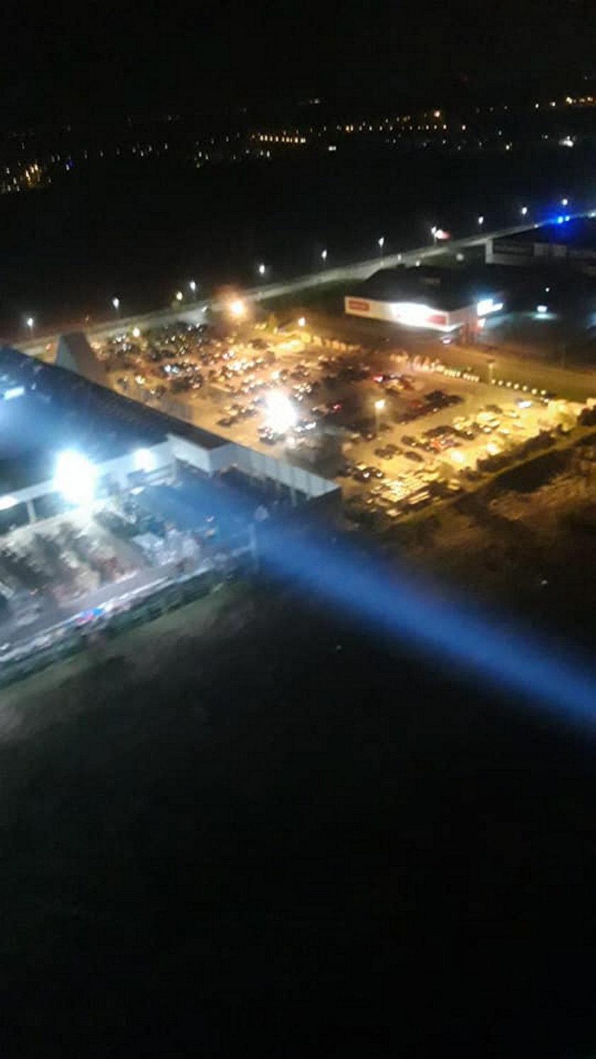 Tysiące ludzi na nielegalnym zlocie miłośników czterech kółek