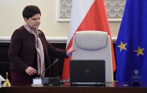 """""""Ta wolność, którą możemy przez program PiS, polskiego rządu dzisiaj budować razem wszyscy, wspólnie dla nas, przyszłych pokoleń, dla naszych pokoleń - to jest wolność. To, że dzisiaj Polska nie musi kłaniać się na zagranicznych salonach, ale to Polska jest państwem, z którym musza liczyć się inni - to jest wolność"""" - podkreślił premier"""