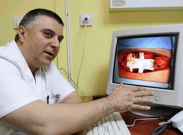 Već 20 godina radim kao grudni hirurg u Kragujevcu, osnovao sam Odeljenje grudne hirurgije i do sada je urađeno više od 5.000 operacija na plućima. Godišnje ih radimo oko 300