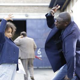 """Omar Sy, gwiazda """"Nietykalnych"""", w nowym filmie. Zobacz galerię z komedii """"Jutro będziemy szczęśliwi"""""""